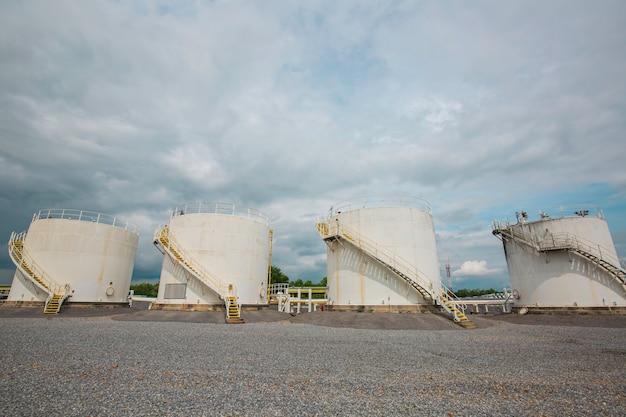 ガソリンスタンドと製油所のスペアパーツ用の小さな白いタンクの列。