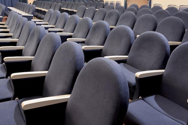 강당, 회의실 또는 극장의 빈 회색 좌석