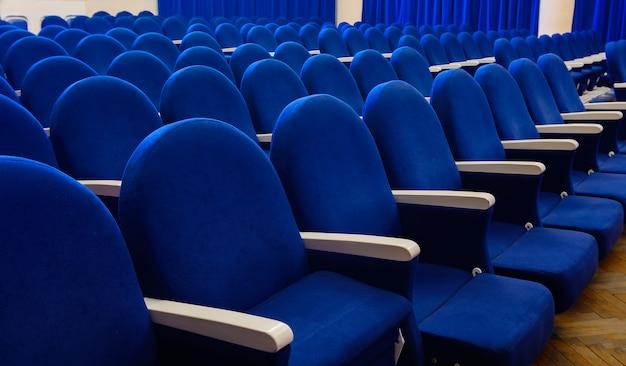 강당, 극장 또는 회의장의 빈 좌석의 행