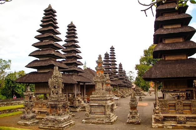 Королевская семья храмовых построек на бали. индонезия