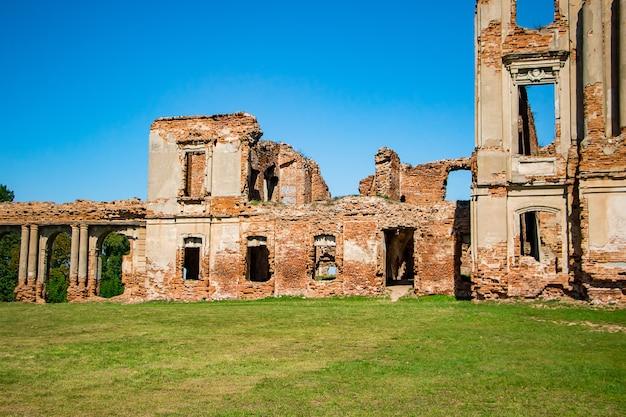 Руины средневекового замка в ружанах. вид на разрушенный старый дворцовый комплекс с колоннами. брестская область, беларусь.