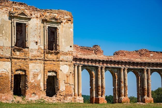 Ruzhany에서 중세 성곽의 유적입니다. 기둥이 있는 폐허가 된 고궁 단지의 전망.