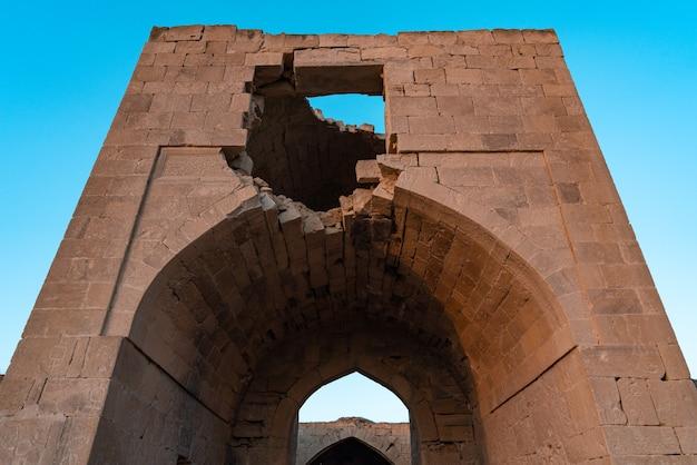Руины древнего караван-сарая 14 века, расположенного в степях гобустана, азербайджан