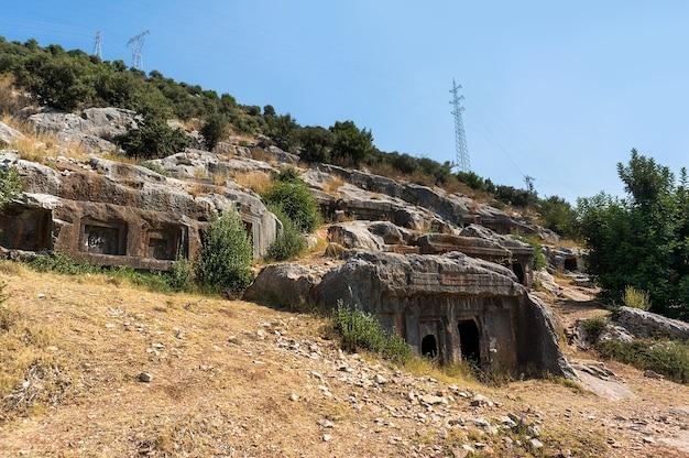 Руины древних гробниц в турции на склоне холма. город сна