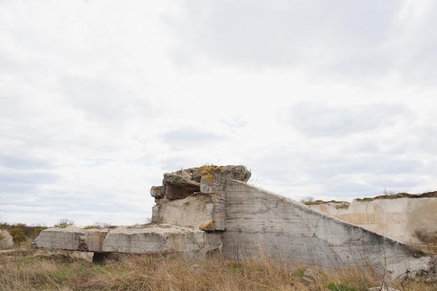 ビーチのドイツのバンカーの遺跡