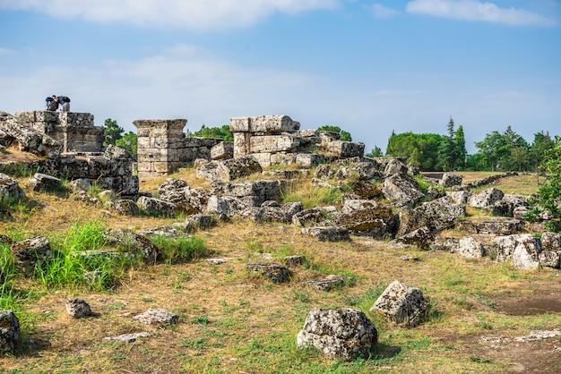 トルコ、パムッカレのヒエラポリスの古代都市の遺跡