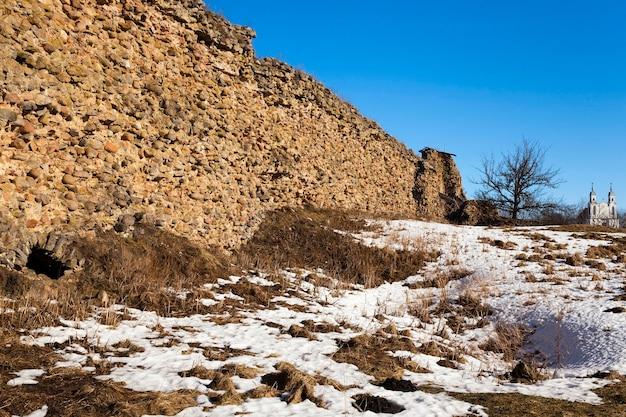 クレヴァの村にある城の古代の城壁の遺跡。