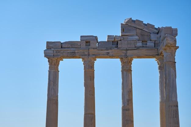 青い空を背景に、トルコのシデにあるアポロ寺院の遺跡。