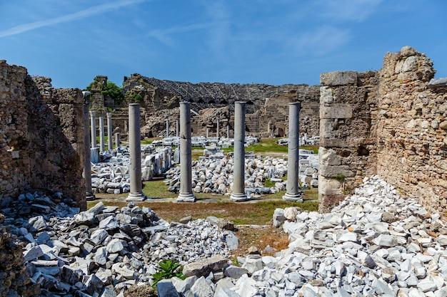 사이드, 터키 고고학 배경에서 오래 된 고 대 극장의 유적.