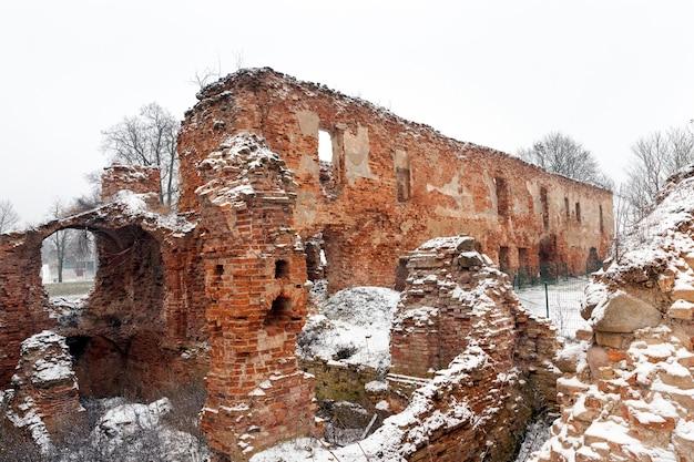 古い要塞の遺跡は赤レンガでできており、冬は曇りです