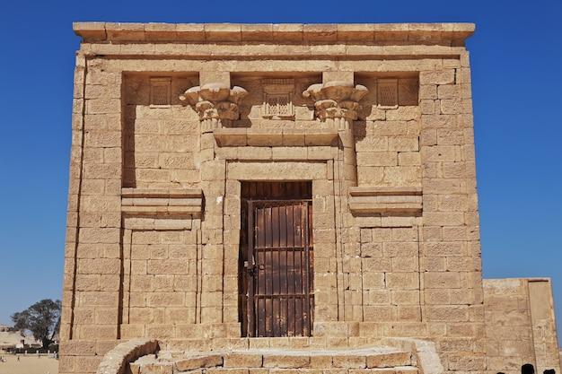 砂漠の寺院の遺跡はエルミンヤエジプトを閉じます