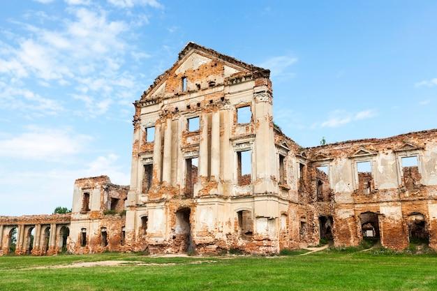 Руины изображают древнюю крепость, голубое небо.