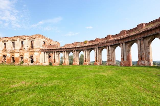 Руины изображают старинную крепость 16 века, расположенную в селе ружаны гродненской области, беларусь, голубое небо и зеленая трава на лужайке.
