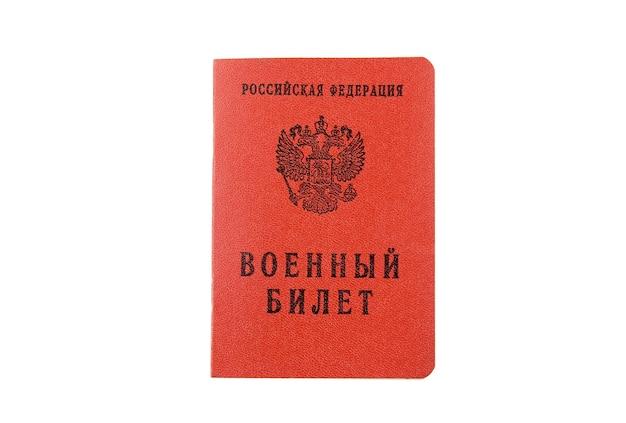 Держите в руках удостоверение российского милитару. изолированные