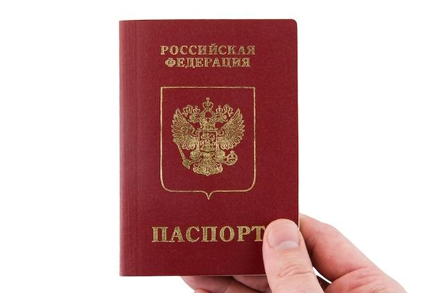 Русский паспорт держать в руке. изолированные