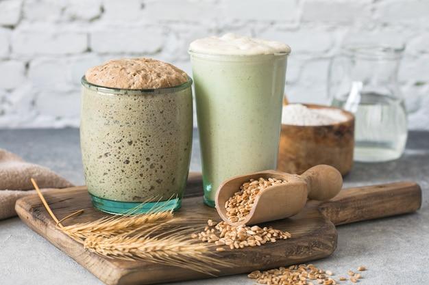 パン用のライ麦と小麦のパン種は、パン焼き用のパン種として使用する水と小麦粉のアクティブなスターターサワードウ発酵混合物です健康的なダイの概念 Premium写真