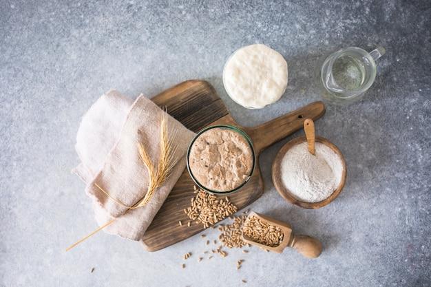 パン用のライ麦と小麦のパン種は、パン焼き用のパン種として使用する水と小麦粉のアクティブなスターターサワードウ発酵混合物です健康的なダイの概念