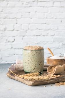 パン用のライ麦パン種は、パン焼き用のパン種として使用する水と小麦粉のアクティブスターターサワードウ発酵混合物です健康的な食事の概念