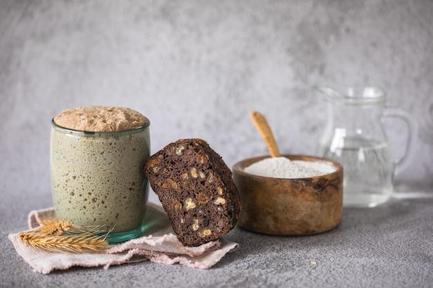 パン用のライ麦パン種は、パン焼き用のパン種として使用する水と小麦粉のアクティブスターターサワードウ発酵混合物です