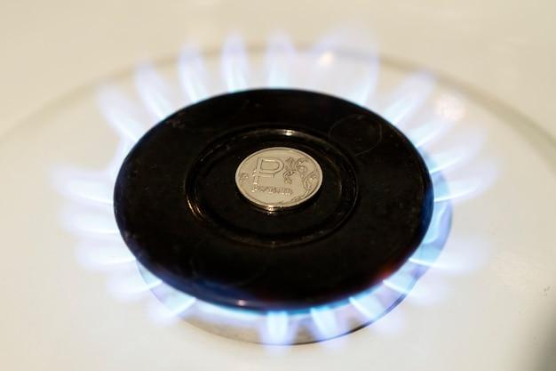 Продажа газа. повышение цены на газ. концепция проблем в российской экономике. рубль горит на газовой плите. дорогое газоснабжение