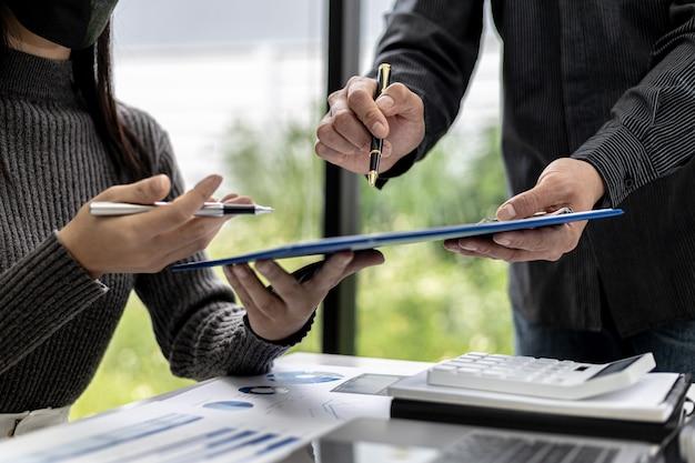 営業部門は、毎月の要約会議を開催して部門マネージャーに提出し、マネージャーに提出する前に作成されたドキュメントの正確性を検証しています。