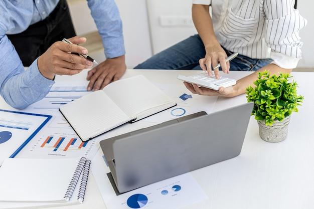 영업부서는 월간 요약회의를 통해 부서장에게 전달하고 있으며, 부서장에게 가져오기 전에 준비된 문서의 정확성을 확인하고 있습니다.