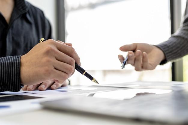В отделе продаж ежемесячно проводится итоговое собрание, чтобы довести его до менеджера отдела, они проверяют правильность подготовленных документов перед тем, как передать его менеджеру.