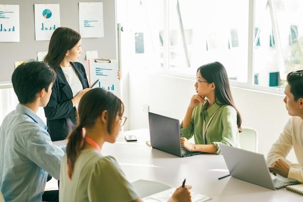 営業チームは来月の事業計画についてみんなと話し合っています
