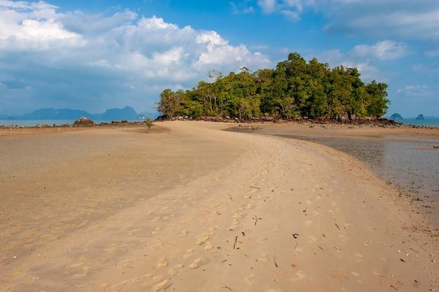 Песчаная коса на остров открылась во время отлива