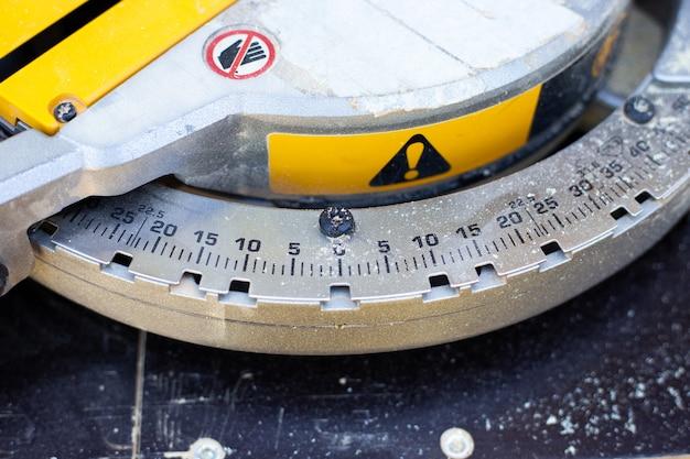マイター丸鋸の角度を度単位で設定するための目盛り。