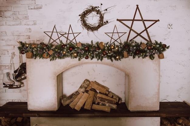 스칸디나비아 스타일 크리스마스 또는 새해 배경 : 벽난로 옆에 크리스마스 트리.