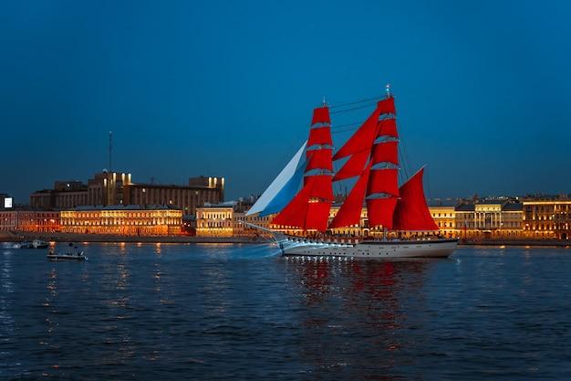 Фестиваль выпускников «алые паруса» корабль идет по неве санкт-петербург