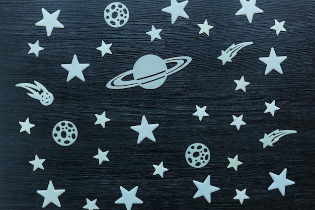 검은 나무 테이블 장식에 누워 별의 풍경