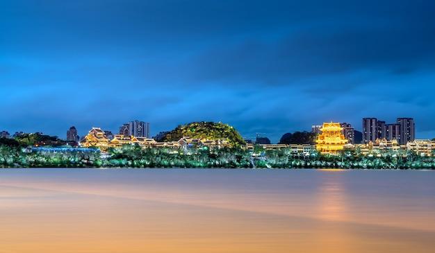 중국 광시성 류저우시의 도시 경관인 류장강 양쪽의 풍경.