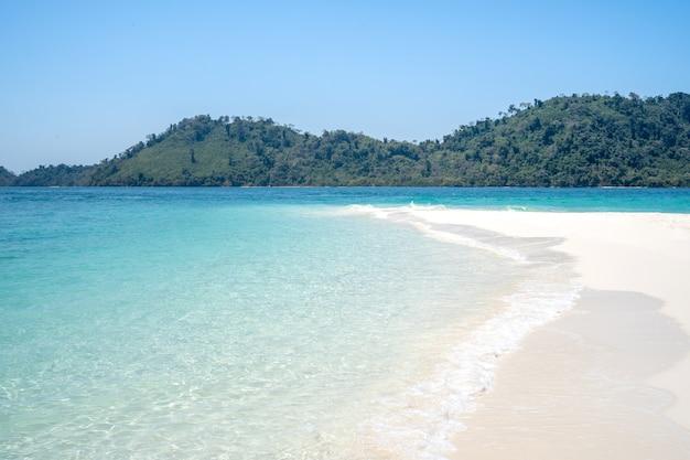 景色、青い海、美しい水、美しい白いビーチ。場所タイ、サトゥーン県ラグー地区タルタオ島