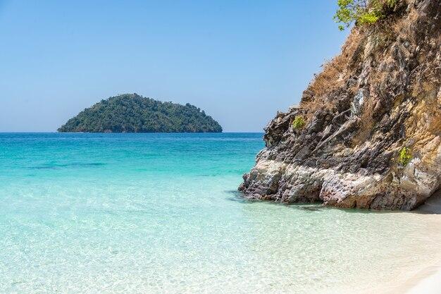경치, 푸른 바다, 아름다운 물, 아름다운 백사장. 위치 satun province, la-ngu district tarutao island