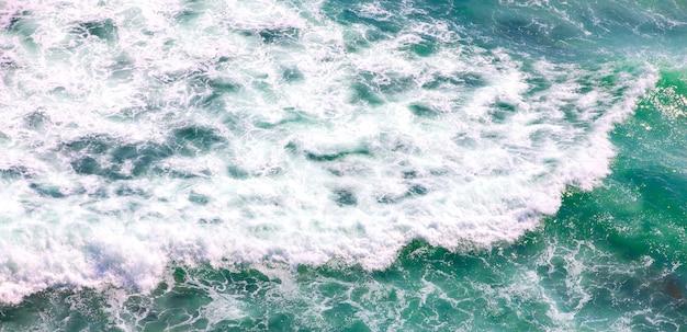 Живописный снимок синего океана с пенистыми волнами с воздуха для фона