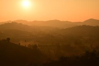 Сценический вид восхода солнца с солнечным светом и тенью над горным хребтом.