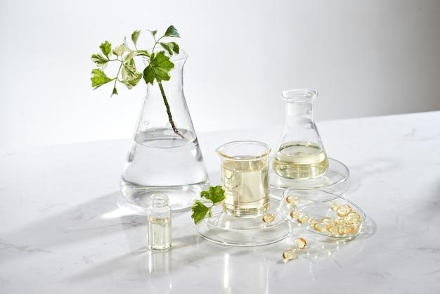 Ученый или врач делают лечебные травы из трав в лаборатории на столе. альтернативное лечение. показать руку и стетоскоп. с контейнером для бутылок.