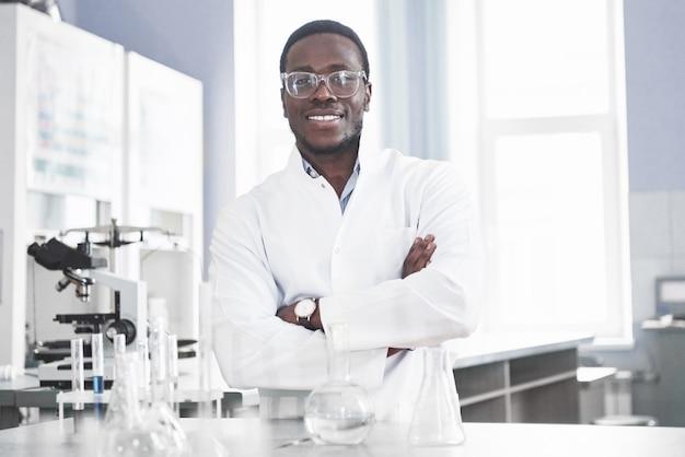 科学者は実験室で顕微鏡を使って実験と処方を行っています。