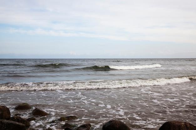 冷たいバルト海の海岸、強風からの波が多いバルト海の寒い夏の天候