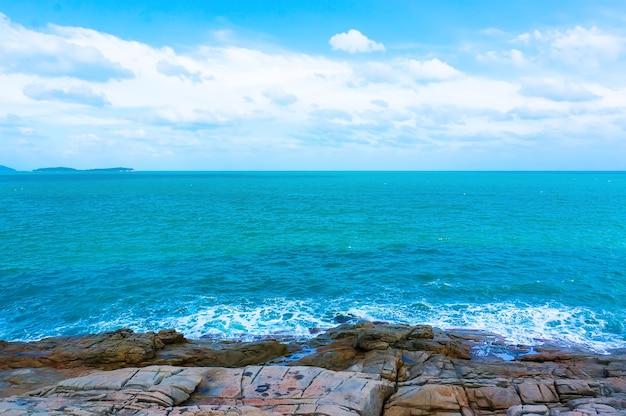 海は岩の多いビーチと青い空です。美しい海の景色。地平線。