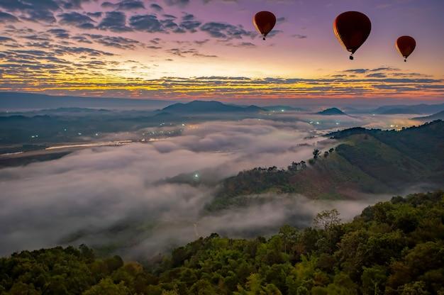 Море тумана на восходе солнца можно увидеть лаосскую сторону реки меконг в провинции нонгкхай, таиланд