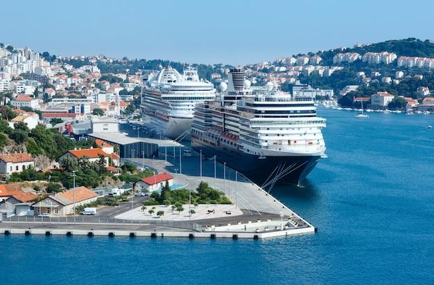 두 개의 큰 라이너가있는 항구 (크로아티아 두브 로브 니크시)