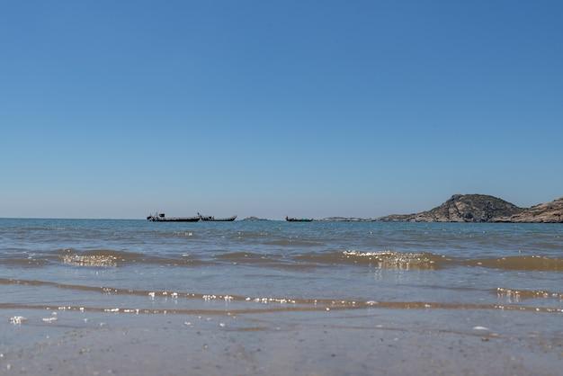 푸른 하늘 아래 바다, 깨끗한 해변과 바닷물, 그리고 섬과 풍차