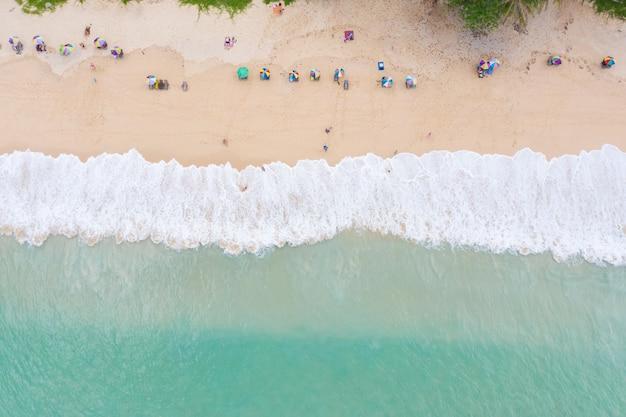 ビーチと観光空撮の海の波