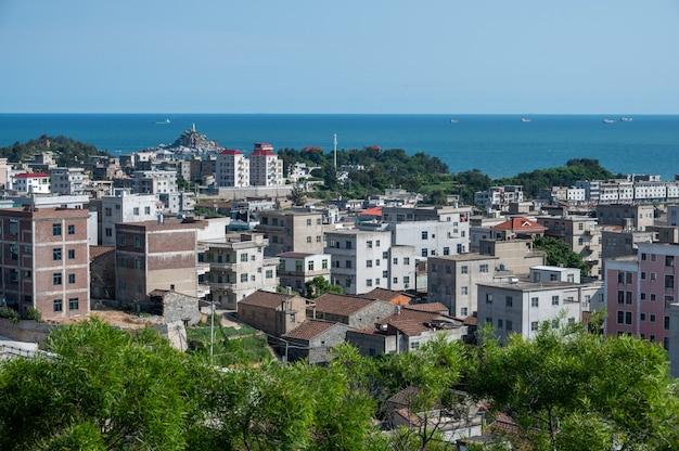 建物がたくさんある海辺の町は、青空の下で美しい景色を眺めることができます