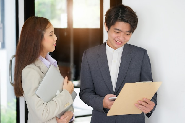 秘書は、予算を検討するために会社の所有者に運用ドキュメントを送信します。