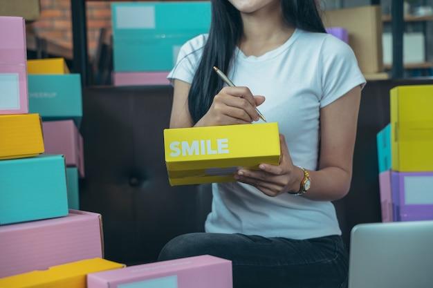 판매자는 고객, 온라인 판매 또는 전자 상거래에 제공 할 제품을 준비하고 있습니다. 기술 인터페이스를 사용하여 인터넷에서 코스를 수행하는 개념보기-판매 개념