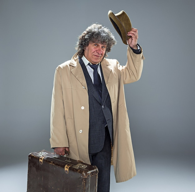 Старший мужчина как детектив или босс мафии